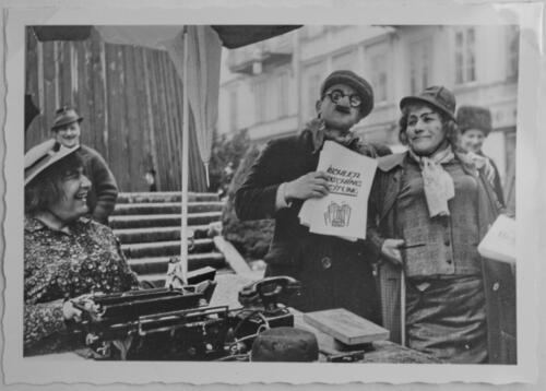 Garde der Stadt Bad Ischl Verkauf der 1. Ischler Faschingszeitung 1967
