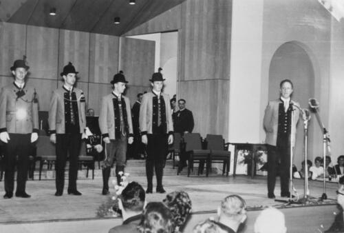 Garde der Stadt Bad Ischl Präsentation der Gardeuniform beim Kathreintanz 1966